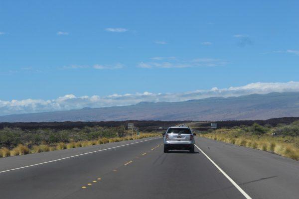 ハワイの大自然を走るレンタカー